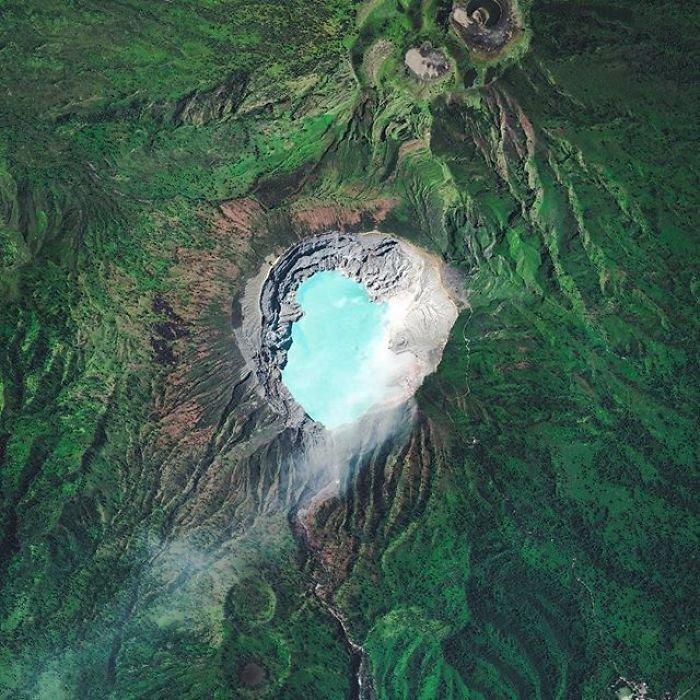 Из-за находящегося внутри серного озера лава действующего индонезийского вулкана приобретает уникальный синий цвет.