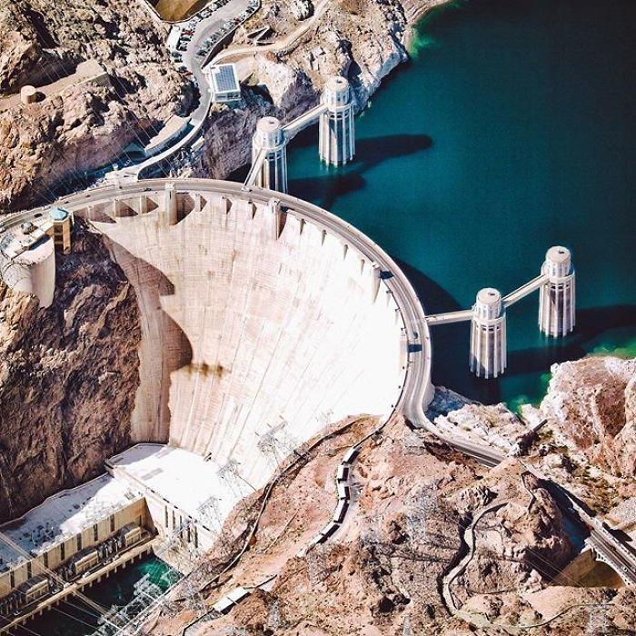 Самая известна плотина в США - это уникальное гидротехническое сооружение высотой 221, над строительством которого в свое время трудилось более 20 тысяч человек.