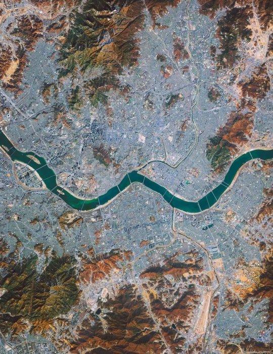 В Сеуле, расположенном на берегах реки Ханган, сегодня проживает более 25 миллионов человек.