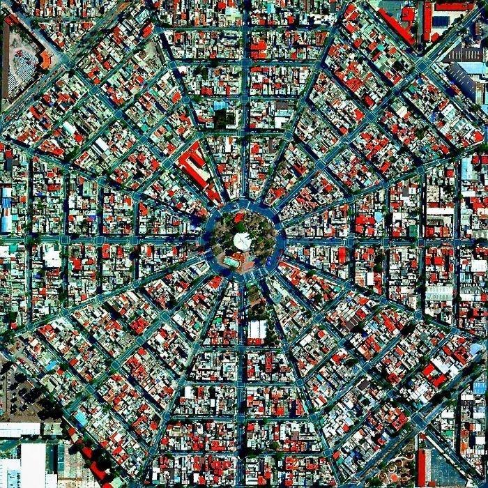 К площади Плаза-дель-Эджективо в районе Венустиано Карранса сходятся 16 радиальных улиц города, образуя четкий геометрический рисунок.