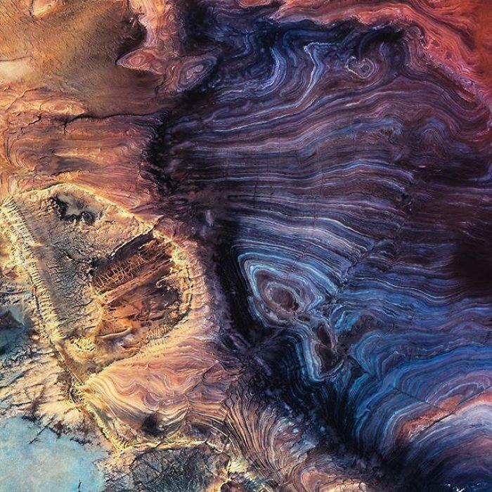 Из-за слишком маленького количества осадков, температура в пустыне достигает отметки в 50 градусов Цельсия, из-за чего Сахару называют «треугольником огня».