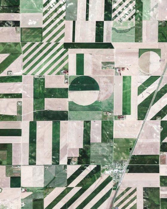 Значительная часть территории округа Логан используется под сельскохозяйственные угодья, которые впечатляюще выглядят с высоты.