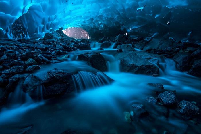 Удивительная красота под ледником Менденхолл. Фотограф: Адам Тейлор (Adam Taylor).