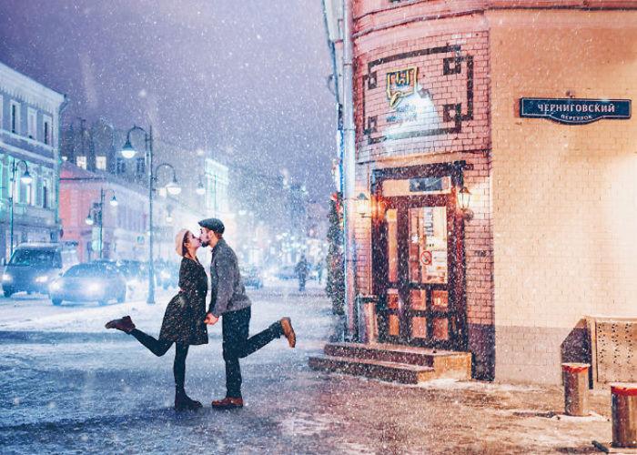 Множество огней, яркие краски, снег и счастливые лица горожан.