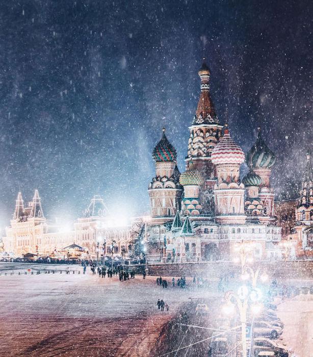 Главная площадь Москвы мерцает в праздничных огнях.