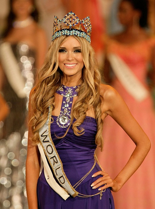 Русская красавица с очаровательной улыбкой, телеведущая, модель, победительница конкурса «Мисс Мира» 2008 года.