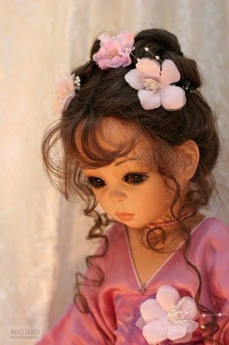 Некоторые платья художница шьет в двухстороннем варианте, чтобы разнообразить гардероб куклы.