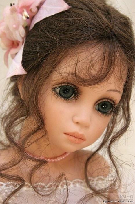 Помимо платьев и цвета глаз художница уделяет большое внимание кукольным прическам, которые завершают образ.