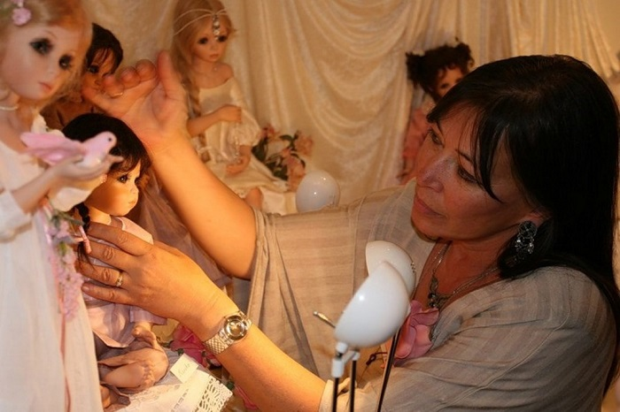 Художница Сью Линг Ванг в окружении чудесных фарфоровых кукол собственного изготовления.