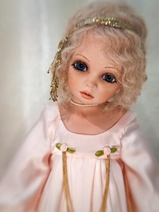 Перед созданием очередной куколки художница тщательно продумывает детали и создает эскизы.