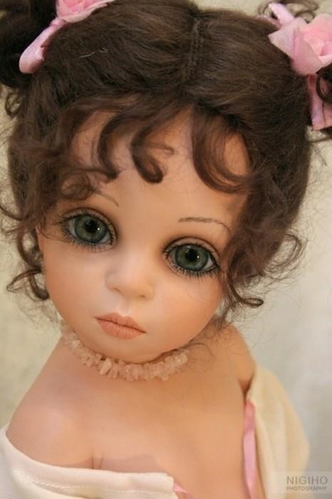 Волосы – только натуральные, а удивительные глаза делаются по специальному заказу из высококачественного стекла.