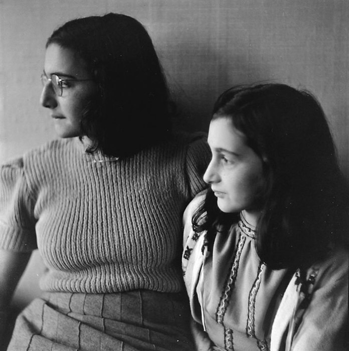 Предположительно последний снимок Анны, на котором она запечатлена рядом с сестрой Марго, девочка умерла в марте 1945 года в концлагере Берген-Бельзен.