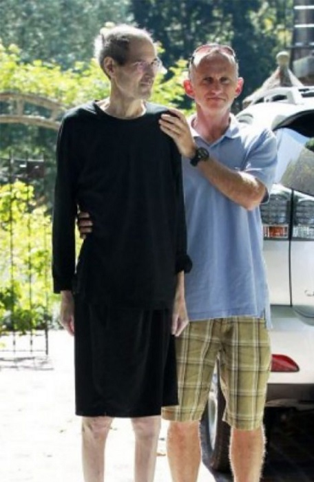 Одна из последних фотографий американского предпринимателя сделана возле его дома в Калифорнии, где он умер от рака поджелудочной железы 5 октября 2011 года.