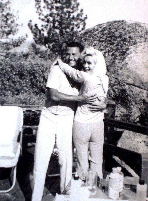 Снимок сделан 5 августа 1962 года, когда Монро проводила уик-энд с джазовым пианистом Бадди Греко и Френком Синатрой, за несколько дней до смерти из-за отравления барбитуратами.