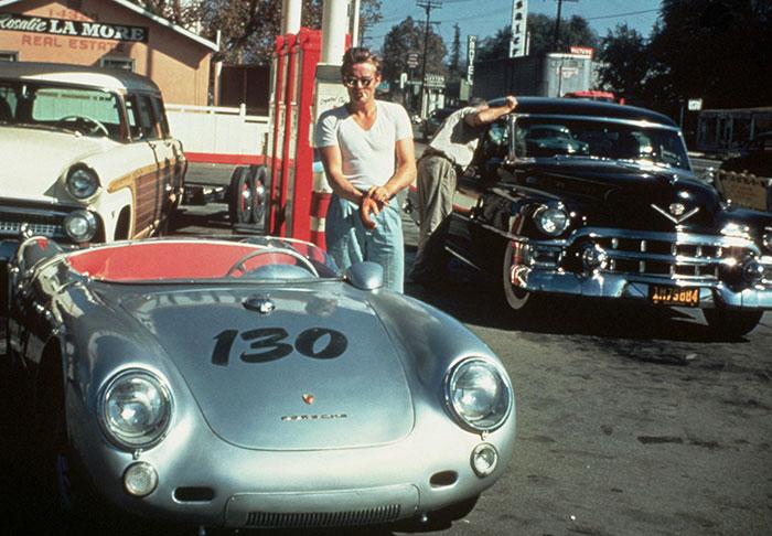 Американский актер на калифорнийской заправочной станции возле своего автомобиля Porsche 550 Spyder 30 сентября 1995 года за несколько часов до гибели в автокатастрофе.