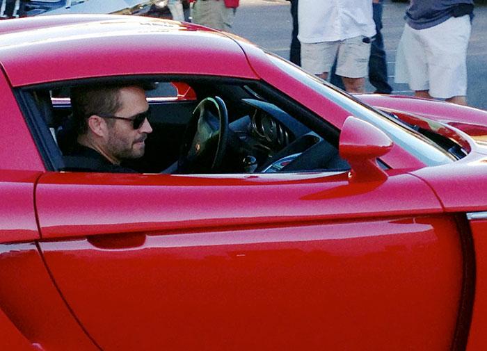 Снимок актера, сидящего на пассажирском сидении спортивного автомобиля, сделан на благотворительном мероприятии за час до гибели Пола в автомобильной аварии.