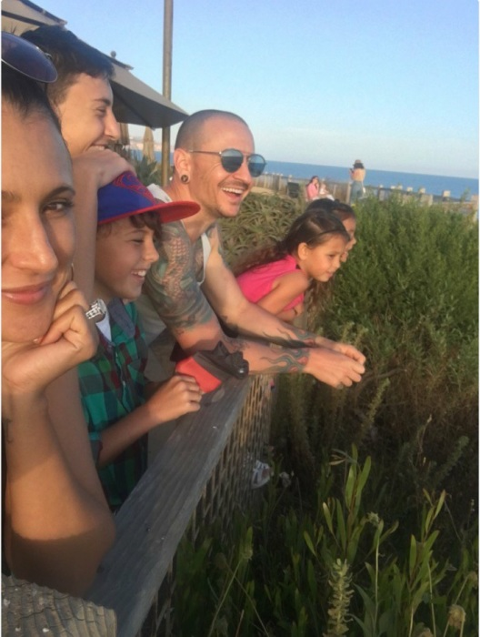 Фотография улыбающегося американского рок-музыканта и солиста группы «Linkin Park» сделана за несколько дней до самоубийства.