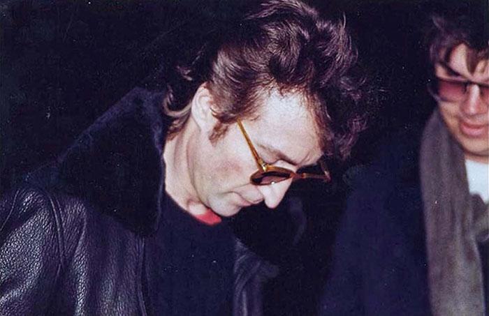На снимке один из самых популярных музыкантов ХХ века дает автограф своему фанату Марку Дэвиду Чепмену, который убил Леннона спустя 4 часа.