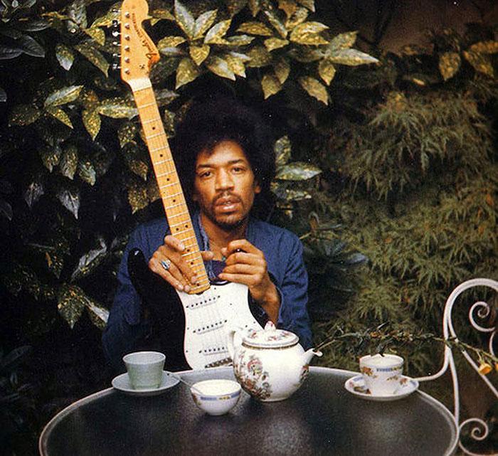 За день до смерти подруга Хендрикса Моника Даннман сделала снимок музыканта в саду за ее квартирой с его любимой гитарой «Черная Бети».