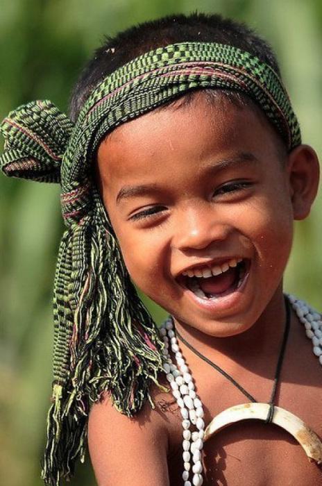 Только дети умеют так открыто смеяться.