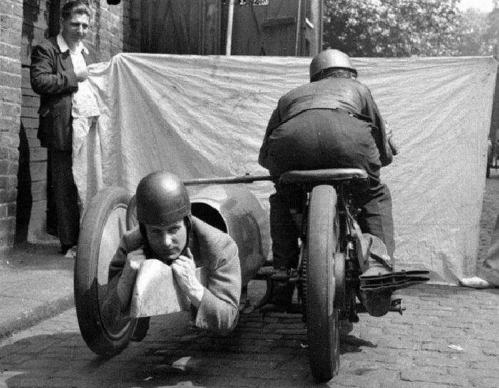 Мотоцикл с коляской, выполняющей роль спального места.