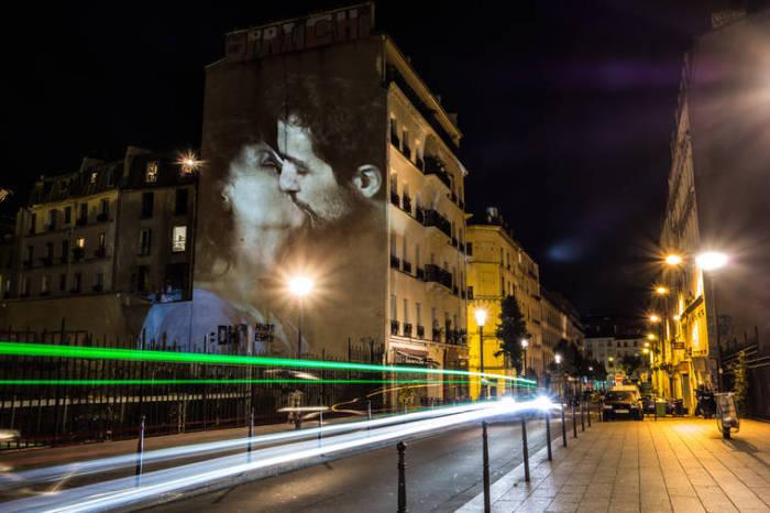 Мужчина с такой нежностью целует любимую, которая отвечает взаимностью.