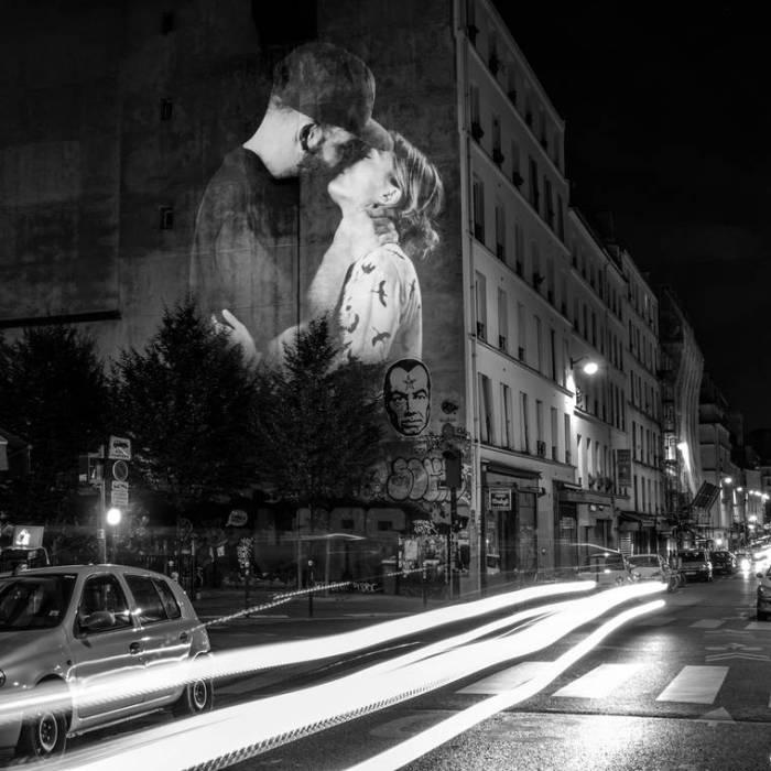 Влюбленная пара целующаяся на улочках Парижа.