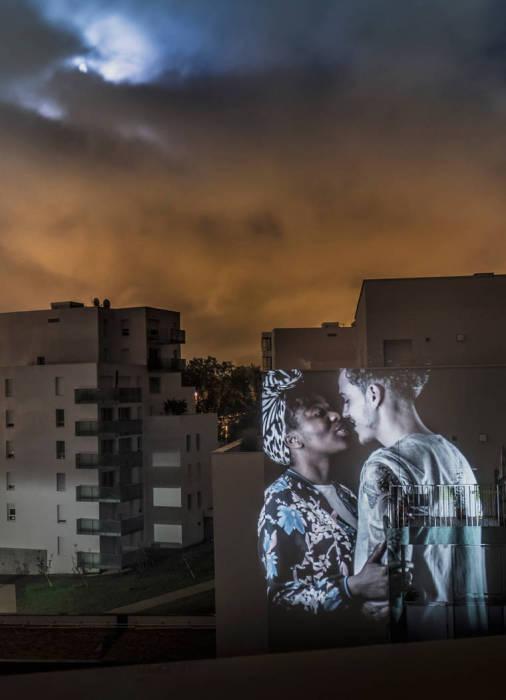 Любовная игра между мужчиной и женщиной продолжается во все века.