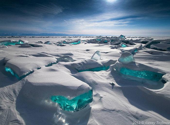 Изумрудно-зеленые глыбы льда под снежным покрывалом переливаются в лучах солнца. Автор фотографии: Alexey Trofimov.
