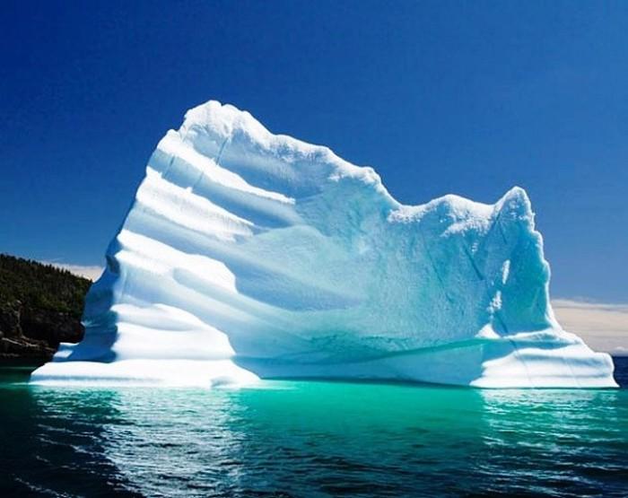 Огромная плавучая ледяная гора села на мель недалеко от городка Ферриленд и моментально стала местной достопримечательностью.