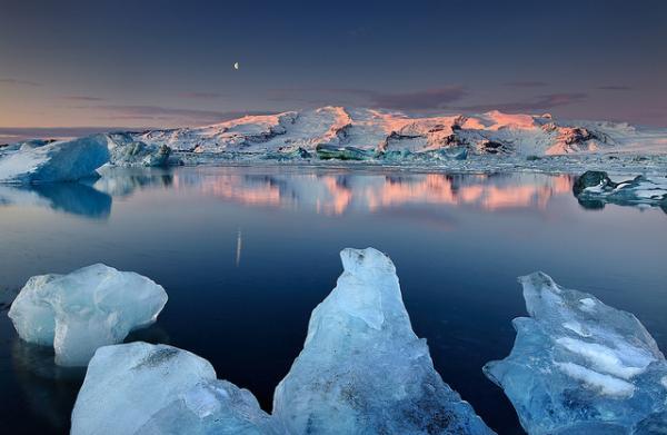 Этот гипнотический ледяной пейзаж захватывает дух и кажется нереальным.