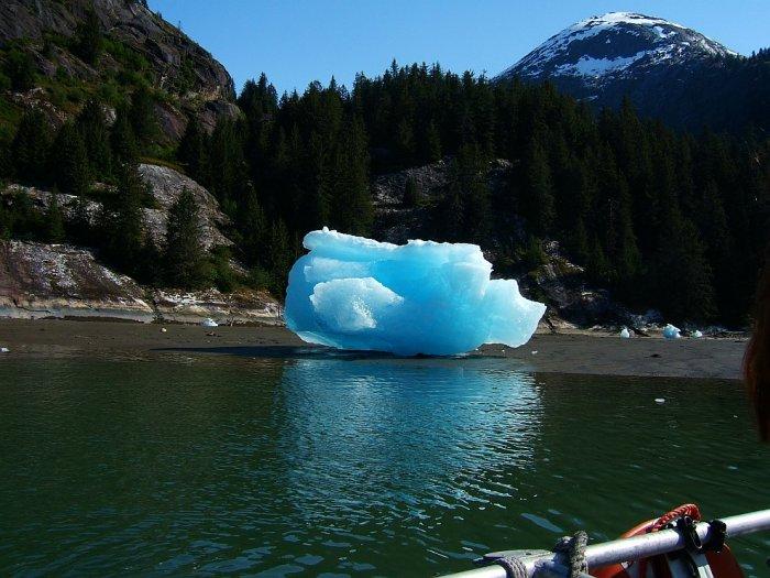 Благодаря замещению воздуха каплями воды айсберг меняет свой цвет, приобретая красивый голубой оттенок.