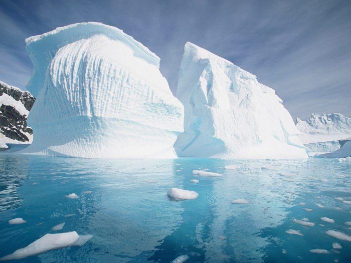 Иногда природные условия вызывают рост айсберга, превращая его огромную ледяную скульптуру.