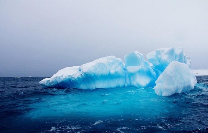 Некоторые из айсбергов, сформированных из комьев снега и льда, плавают не одну сотню лет.