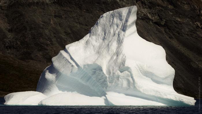 Крупный плавающий кусок льда возле берегов Гренландии.