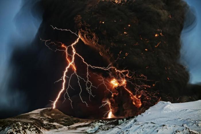Разряды молний над вулканом Эйяфьядлайёкюдль.