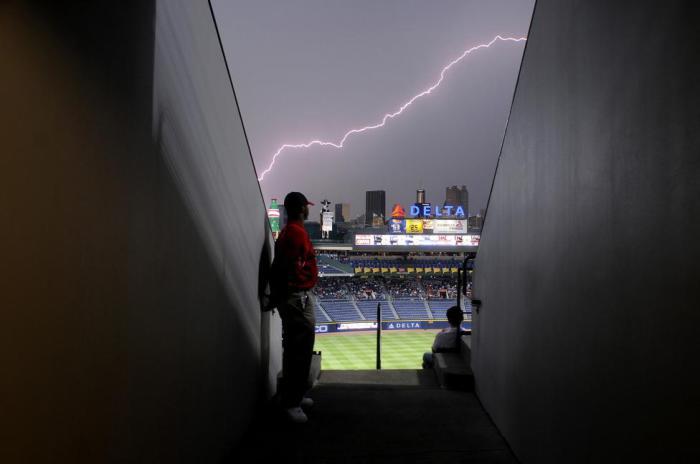 Молния над стадионом «Фернер-филд» во время матча.