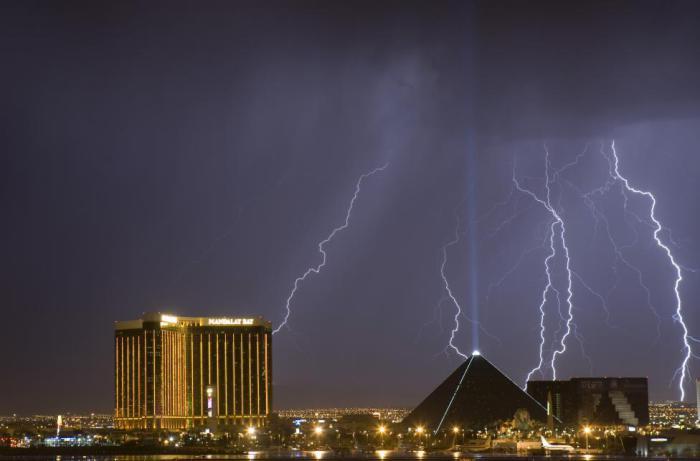 Гигантская молния над казино-отелями «Мандалай-Бэй» и «Луксор» в Лас-Вегасе.