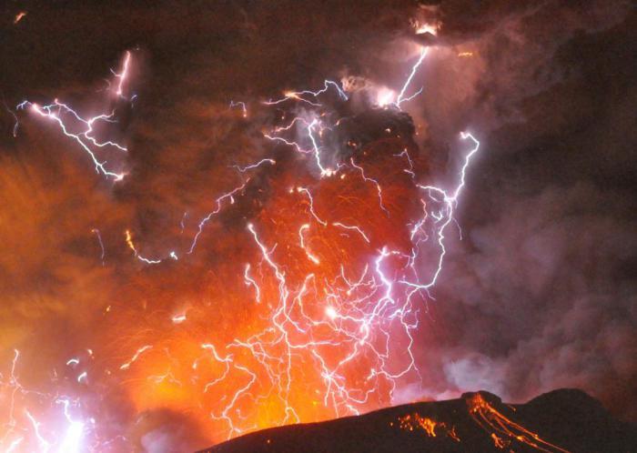 Молния над вулканом Симмоэ.