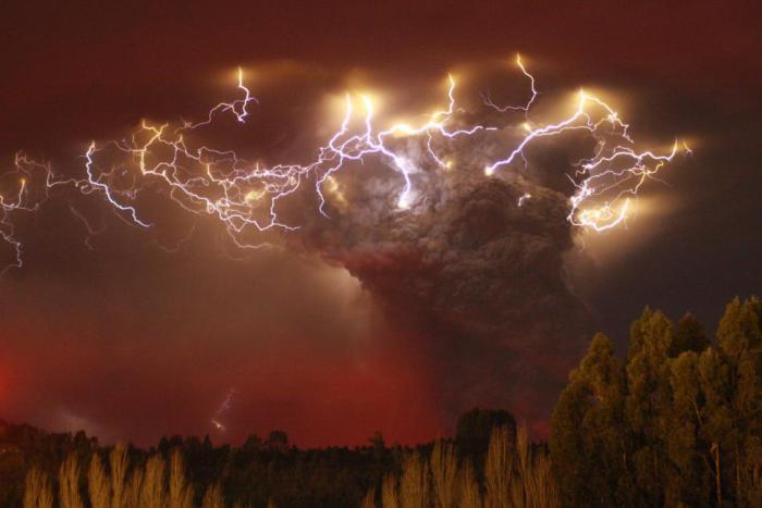 Молния над извергающимся вулканом Пуеуэ.