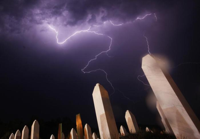 Молнии над мемориальным кладбищем Потокари.