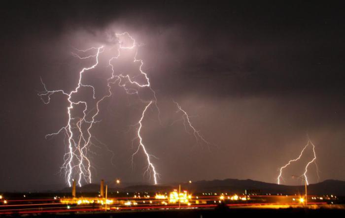 Молния над аэропортом Барстоу-Даггетт.