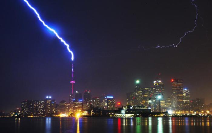 Сильный удар молнии в башню «Си-Эн Тауэр».