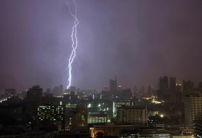 Электрический разряд молнии над Бангкоком.