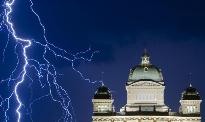 Вспышка молнии освещает Федеральный дворец в Берне.