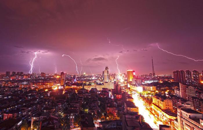 Молния над городом Куньшань.