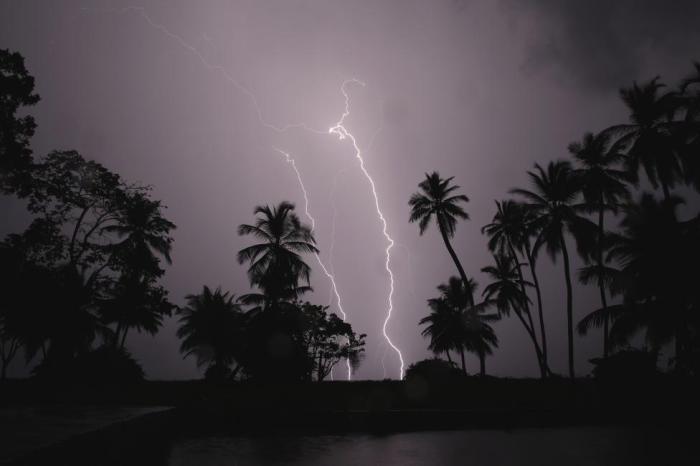 Молния над озером Маракайбо в посёлке Олога.
