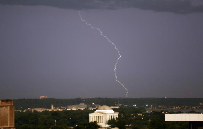 Молния над Мемориалом Джефферсона в Вашингтоне.