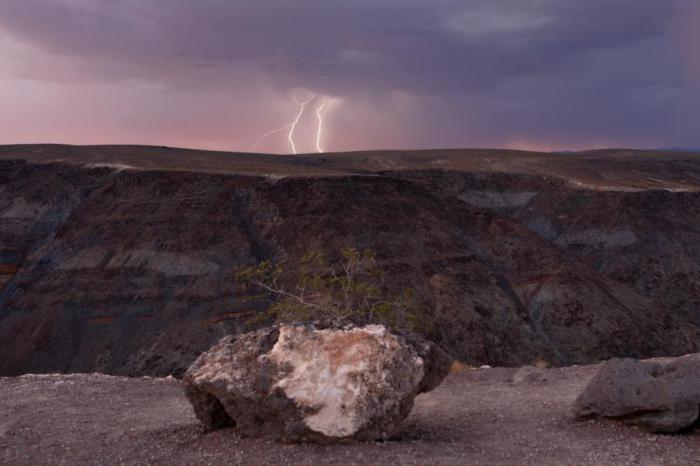 Молния сверкает над национальным парком Долина Смерти.