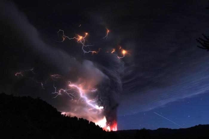 Молнии над извергающимся вулканом Пуеуэ.